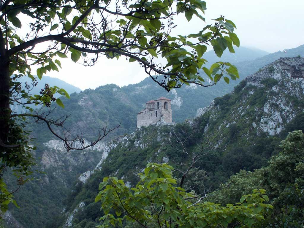 Kрепостната църква Св. Богородица Петричка останала от Асеновата крепост